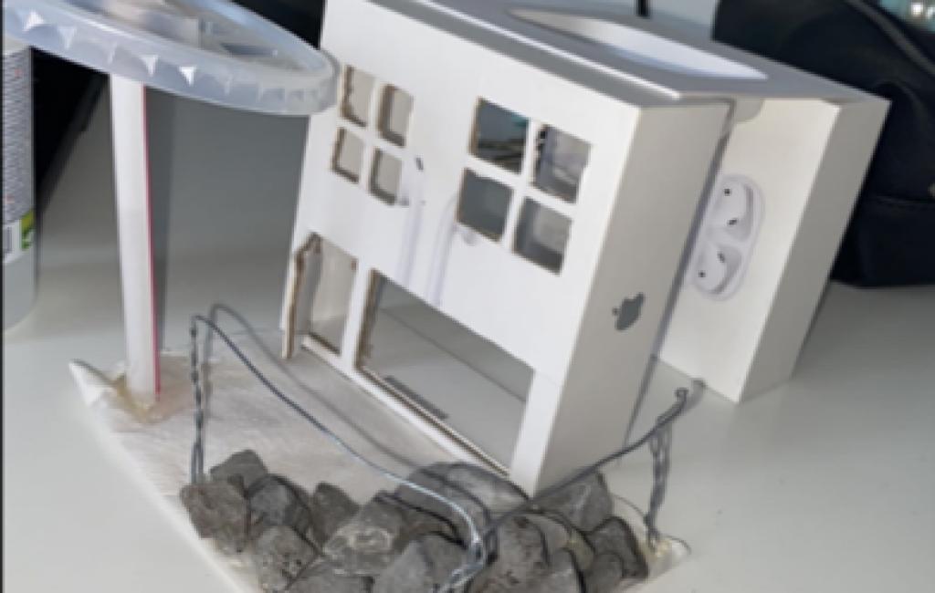 Huisje gemaakt van hergebruikt materiaal door leerling van De Nassau